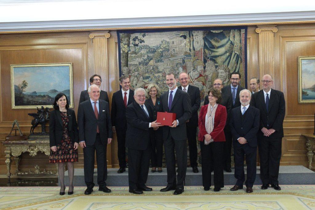 """Entrega de un ejemplar de """"Comentarios a la Constitución Española"""" a S.M. el Rey / Foto Casa Real"""