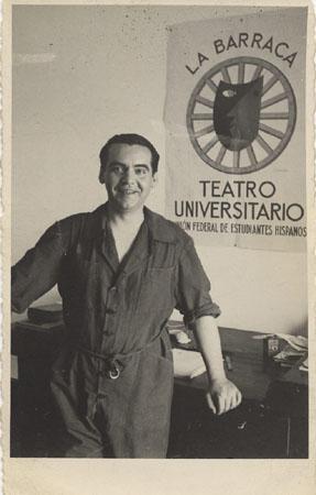Federico García Lorca. Huerta de San Vicente, Granada, 1932. Detrás se ve el cartel para La Barraca diseñado por Benjamín Palencia. Colección Fundación Federico García Lorca.