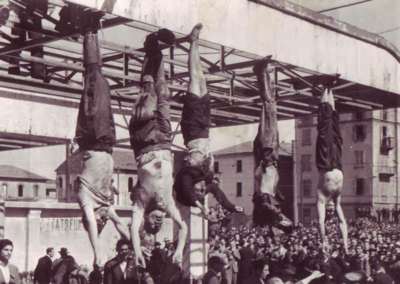 De izquierda a derecha, los cuerpos de Nicola Bombacci, Benito Mussolini, Claretta Petacci, Alessandro Pavolini y Achille Starace exhibidos en la plaza de Loreto de Milán en 1945. (Fuente: Wikipedia)